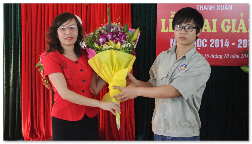 Đại diện các học viên lên tặng hoa nhà trường